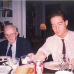 El Dr. Bernays y José Daniel Barquero cenando en su casa después de una jornada de trabajo