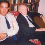 El Dr. Bernays y José Daniel Barquero con el reloj que el Dr. Bernays le regaló