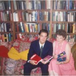 Con Joan Vondra, Secretaria del Dr. Bernays, y la colección de libros que iniciamos para difundir la profesión