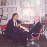 El Dr. Bernays y José Daniel Barquero trabajando en el despacho