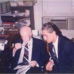 El Dr. Bernays discutiendo detalles del primer libro de José Daniel Barquero, que más tarde se presentaría en España