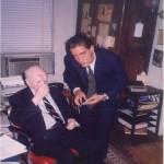El Dr. Bernays mirando pruebas para la portada del primer libro de José Daniel Barquero