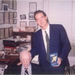 El Dr. Bernays y José Daniel Barquero hablando sobre el segundo libro de la colección de Relaciones Públicas