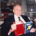 El Dr. Bernays con los dos primeros libros de la Colección: Comunicación y Relaciones Públicas