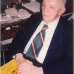 El Dr. Bernays en su mesa del despacho en Cambridge con los planes de estudios de ESERP, Estados Unidos