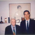 El Dr. Bernays y José Daniel Barquero frente a la chimenea de su despacho
