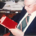 """El Dr. Bernays con el segundo libro de la colección de Elvira Vázquez titulado """"Se busca Patrocinador"""""""