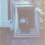 El Dr. Bernays y José Daniel Barquero en la escalinata de su casa en un descanso de trabajo