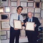 El Dr. Bernays con los títulos otorgados por ESERP y el CONSEDOC