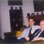 El Dr. Bernays y José Daniel Barquero comparten conversación después de cenar