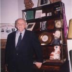 El Dr. Bernays junto a los objetos que le regaló su tío, Sigmund Freud