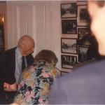El Dr. Bernays en una fiesta con amigos en su casa