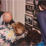 El Dr. Bernays enseñando sus fotos con Henry Ford y con Thomas Edison