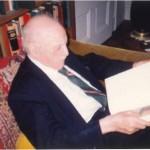 El Dr. Bernays en su biblioteca