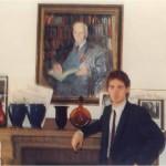 José Daniel Barquero en la chimenea del salón del Dr. Bernays